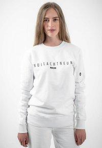 PLUSVIERNEUN - MÜNCHEN - Sweatshirt - white - 0