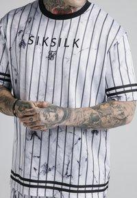 SIKSILK - MARBLE ESSENTIAL TEE - Triko spotiskem - white/grey - 4