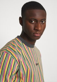 Kickers Classics - VERTICAL STRIPE TEE - T-shirt con stampa - yellow/green/pink - 3