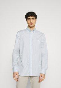 Tommy Hilfiger - BOLD STRIPE REGULAR FIT - Shirt - breezy blue/ivory/yale navy - 0