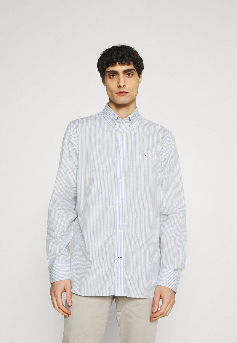 Tommy Hilfiger - BOLD STRIPE REGULAR FIT - Shirt - breezy blue/ivory/yale navy