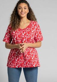 Ulla Popken - Print T-shirt - salsa - 0