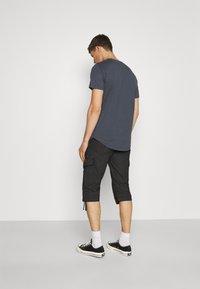 TOM TAILOR - MAX OVERKNEE - Shorts - black bean - 2