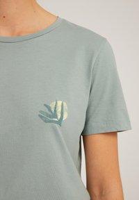 ARMEDANGELS - MARAA LITTLE LEAF - Print T-shirt - eucalyptus green - 4
