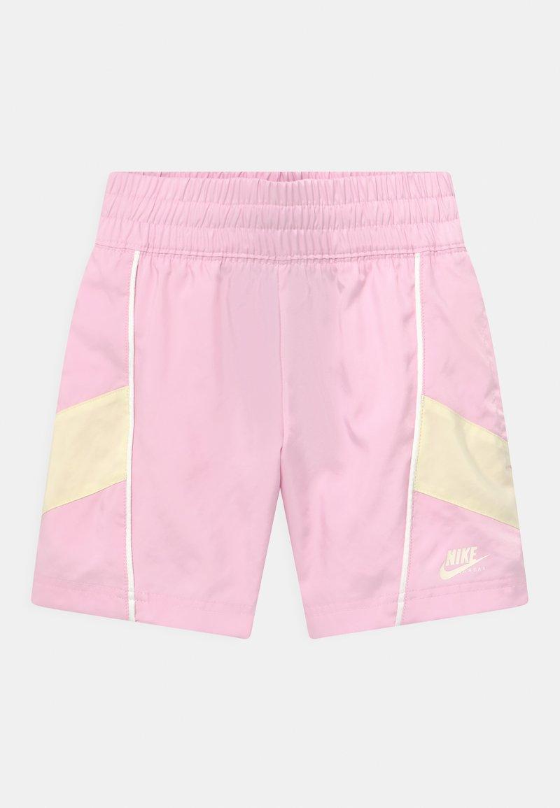 Nike Sportswear - HERTIAGE - Szorty - pink foam/coconut milk