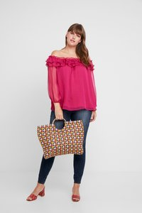 Vince Camuto Plus - RUFFLED OFF SHOULDER YORYU BLOUSE - Blůza - wildhibiscus - 1