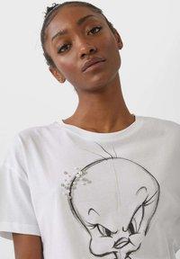 Stradivarius - TWEETY - Basic T-shirt - white - 3