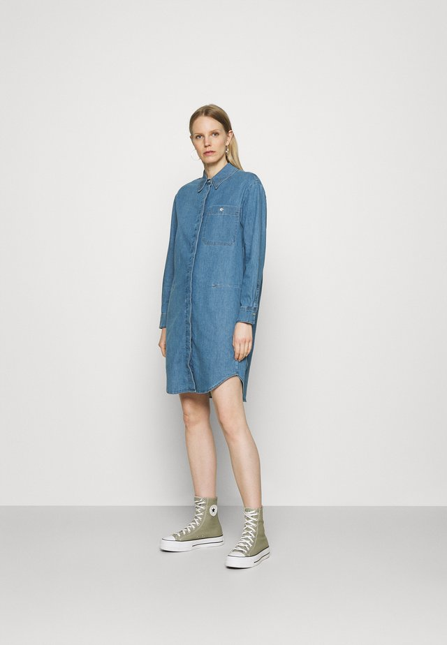 DRESS CUFFED SLEEVES - Sukienka koszulowa - blue denim