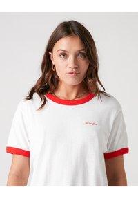 Wrangler - RELAXED RINGER - Print T-shirt - flame red - 3