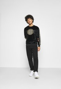 Glorious Gangsta - HERVAS CREW - Sweatshirt - black /gold - 1