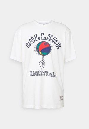 T-shirt med print - raw