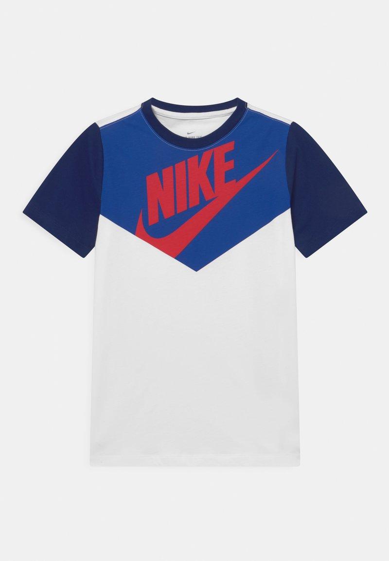 Nike Sportswear - TEE AMPLIFY UNISEX - Print T-shirt - white/midnight navy