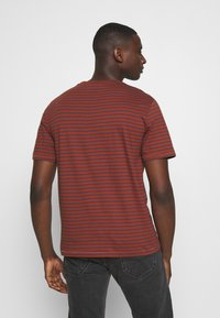 Only & Sons - ONSMICK LIFE STRIPE TEE - Print T-shirt - henna - 2