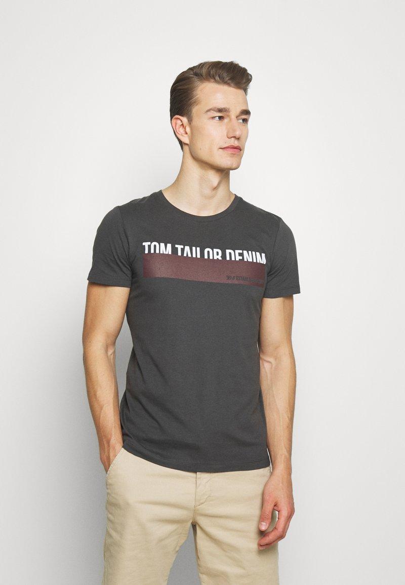 TOM TAILOR DENIM - Triko spotiskem - tarmac grey