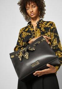 Versace Jeans Couture - PRINTED FOULARD - Torba na zakupy - nero - 3