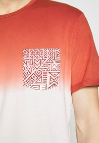 Pier One - T-shirt con stampa - red - 5