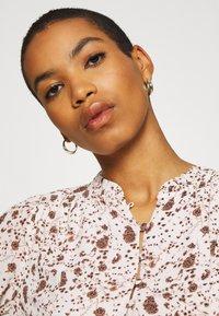 Esqualo - DRESS SMALL FLOWER  - Hverdagskjoler - off-white/light brown - 3