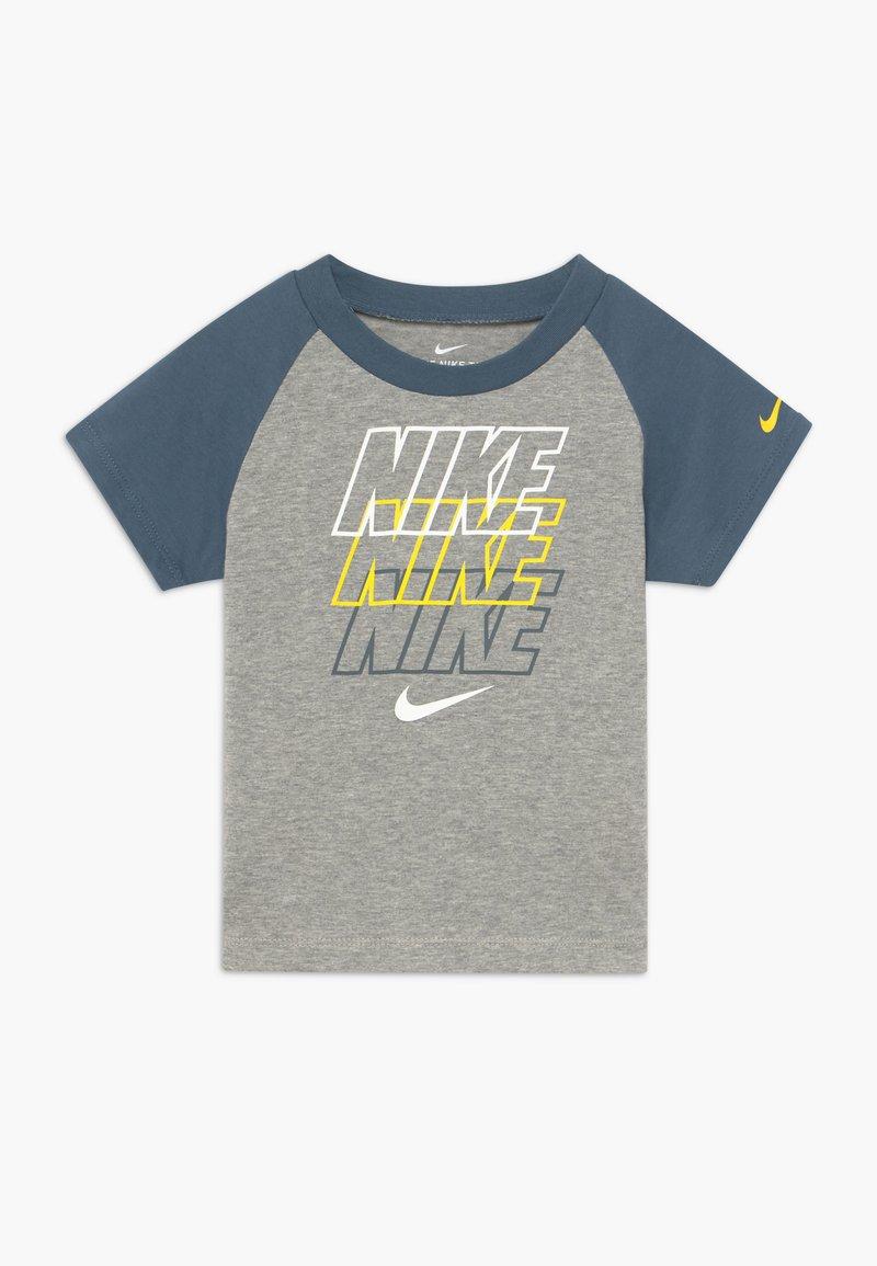 Nike Sportswear - REBRAND REPEAT TEE BABY - Camiseta estampada - grey heather