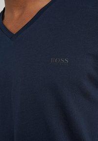 BOSS - TRUTH - Jednoduché triko - navy - 5