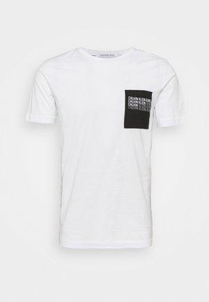 REPEAT SHADOW LOGO POCKET TEE UNISEX - T-shirt med print - bright white