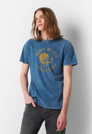 WITH ROUND  - T-shirt z nadrukiem - navy