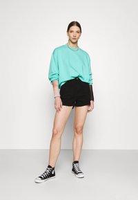 Missguided - RIOT RAW HEM MOM - Shorts di jeans - black - 1