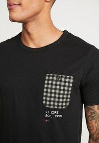 Jack & Jones - JCOCHECK TEE CREW NECK SLIM FIT - Triko spotiskem - black - 4