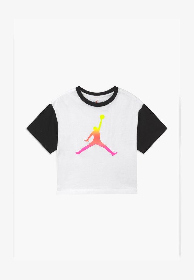 JUMPMAN AIR RISE BOXY TEE - Print T-shirt - white