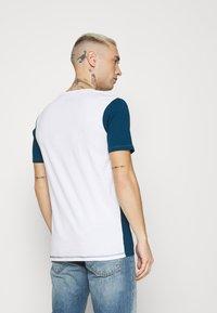 Jack & Jones - JCOBLOCKS TEE CREW NECK - Print T-shirt - white - 2