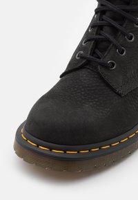 Dr. Martens - 1460 PASCAL 8 EYE BOOT UNISEX - Šněrovací kotníkové boty - black milled - 5