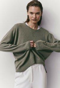 Massimo Dutti - MIT RUNDAUSSCHNITT  - Sweatshirt - green - 1