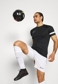 Nike Performance - ACADEMY 21 - T-shirt z nadrukiem - black/white - 3