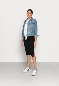 Calvin Klein Jeans - KNOTTED TEE - Triko spotiskem - white - 1