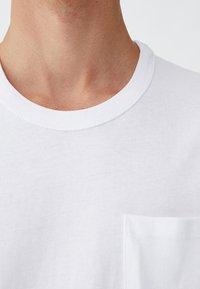 PULL&BEAR - MIT BRUSTTASCHE - T-shirt - bas - white - 4