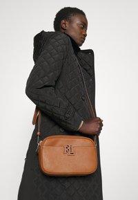 Lauren Ralph Lauren - CARRIE CROSSBODY SMALL - Across body bag - brown - 0