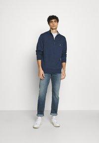 GANT - CLASSIC HALF ZIP - Stickad tröja - dark jeans blue - 1