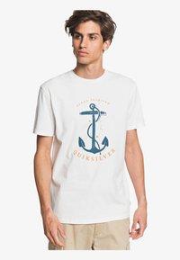 Quiksilver - SAVIORS ROAD - T-shirt con stampa - snow white - 0