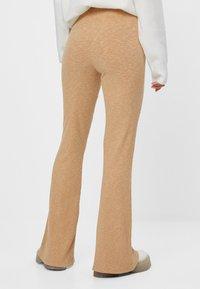 Bershka - MIT PATENTMUSTER - Spodnie materiałowe - beige - 3