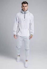 SIKSILK - TRANQUIL DUAL CUFF PANTS - Verryttelyhousut - light blue/white - 1