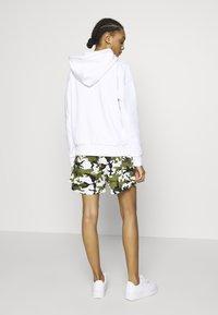 Karl Kani - Shorts - green/white/black/yellow - 2