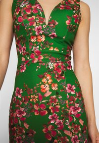 WAL G. - V NECK MIDI DRESS WITH CUPS - Cocktail dress / Party dress - green - 5