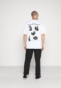 Edwin - STRANGE OBJECTS - Print T-shirt - white - 0