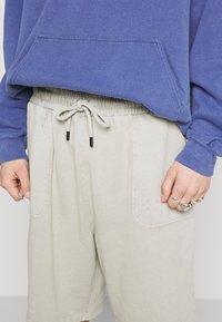 Criminal Damage - ESSENTIAL DISTRESSED SHORT - Shorts - washed powder grey - 4