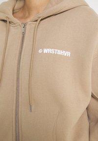 WRSTBHVR - CORBY HOODED ZIP WOMEN - Zip-up sweatshirt - roasted beige - 4