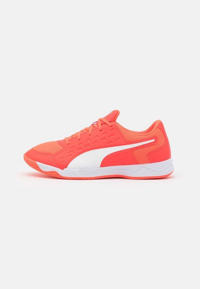 AURIZ UNISEX - Multicourt Tennisschuh - red blast/white