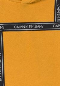 Calvin Klein Jeans - LOGO TAPE HOODIE UNISEX - Huppari - yellow - 2