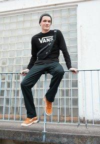 Vans - CLASSIC FIT - Bluzka z długim rękawem - black/white - 3