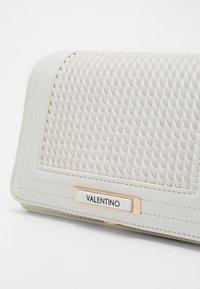 Valentino by Mario Valentino - JARVEY - Across body bag - white - 2