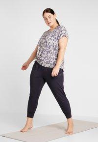 YOGA CURVES - SLIT - Camiseta estampada - sand - 1