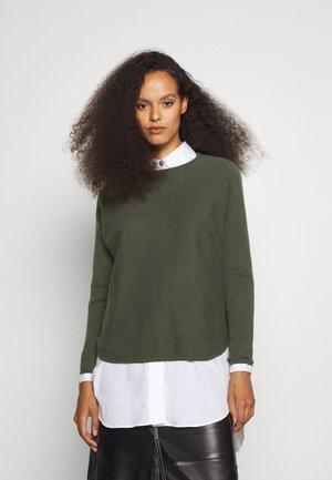 CURVED SWEATER - Stickad tröja - army green